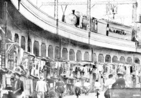 闇市の規制後、不法商店と住居が詰まった高架下=1948(昭和23)年ごろ、元町付近