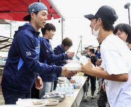 避難所を訪問し、住民らにカレーを配るプロ野球西武の秋山翔吾外野手(手前左)ら=20日午後、埼玉県東松山市