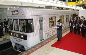 出発する西鉄のレストラン列車「ザ レールキッチン チクゴ」=23日午前、西鉄福岡駅