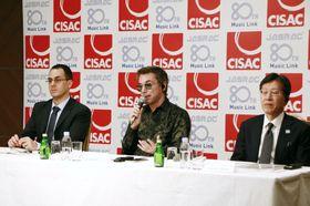 記者会見する著作権協会国際連合のジャンミシェル・ジャール会長(中央)ら=31日午前、東京都内のホテル