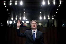 米上院司法委員会で宣誓するカバノー氏=4日、ワシントン(AP=共同)