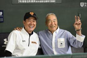 2019年6月、プロ野球交流戦のロッテ戦の試合前、巨人の原辰徳監督(左)と写真撮影に応じる金田正一氏=東京ドーム