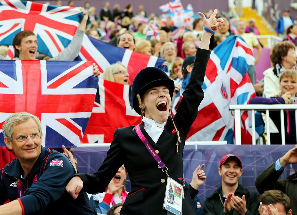 2012年9月、ロンドン・パラリンピックの馬術で優勝し、地元ファンの大声援に応えるソフィー・クリスチャンセン(ゲッティ=共同)