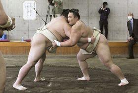 合同稽古で正代(左)を圧倒した朝乃山=19日、両国国技館内の相撲教習所(代表撮影)