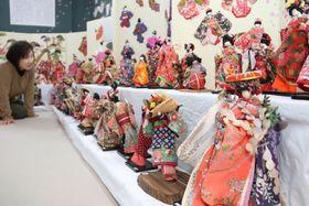 藤永さんが制作した和紙人形が並ぶ会場(日野町大窪・近江日野商人館)