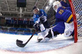 アイスホッケー女子準々決勝、フィンランドのバリラがスウェーデンからゴールを奪う=17日、江陵(ゲッティ=共同)