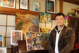 会場で作品を並べて準備に当たる福家健彦さん=横浜市南区