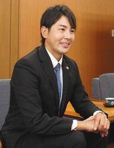「もっと成長して金沢に帰ってきたい」と話す武田勝さん=金沢市役所で