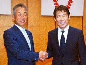 握手を交わす西武・辻監督(左)と西野氏