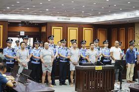 広西チワン族自治区の裁判所が公開した、公判に臨む容疑者らの写真(画像の一部を加工しています、共同)