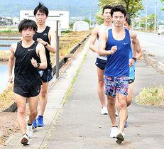 オンライン競歩記録会を企画した三沢凌さん(左)と山田康太代表(右)=山形市内