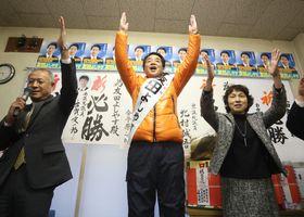 無投票で初当選を果たし万歳する友田氏(中央)=14日午後5時44分、松浦市志佐町の選挙事務所