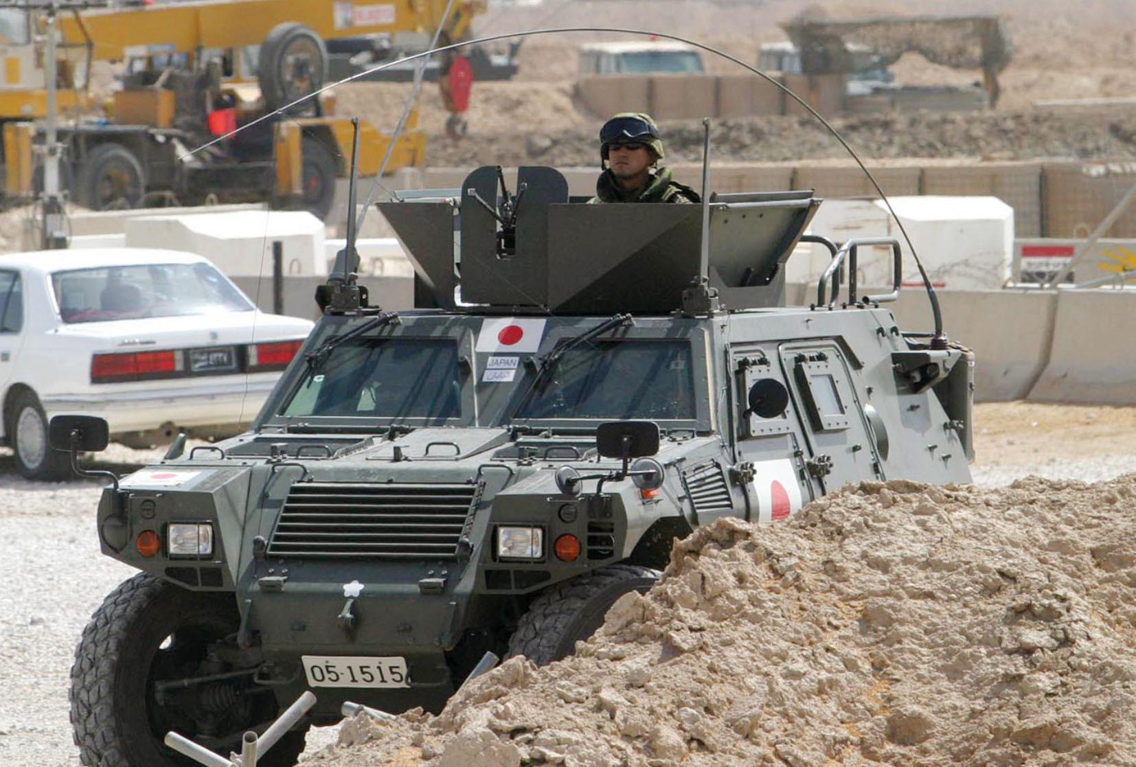 2005年7月、イラク南部サマワの陸上自衛隊宿営地のゲートで警戒に当たる陸自車両(共同)