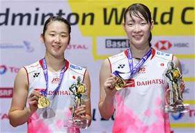 福島、広田組を破って優勝し、金メダルを手に笑顔の永原(左)、松本組