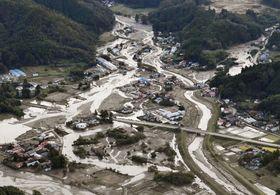 台風19号の影響で増水し、蛇行して流れた跡が残る阿武隈川水系の五福谷川=15日、宮城県丸森町