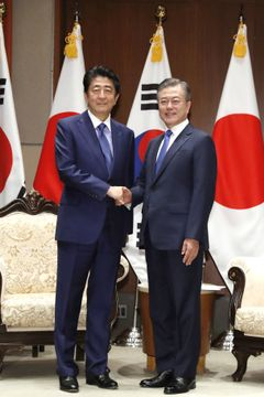 会談前に韓国の文在寅大統領(右)と握手する安倍首相=25日、ニューヨーク(共同)