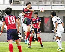 【いわき―ソニー仙台】激しい攻防戦を繰り広げるいわきFCの選手=いわきグリーンフィールド