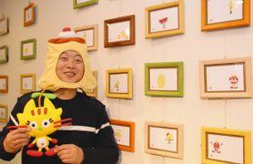 プリン店を経営しながら飛騨地域にちなんだキャラクターを描く今田さん=高山市花里町6のサンアート高山で