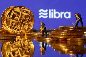 米フェイスブックが計画する「リブラ」のロゴと、仮想通貨を模したコイン(ロイター=共同)