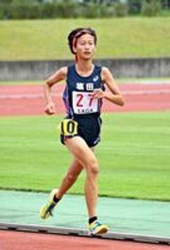 女子3年クロスカントリーで頂点に立った塩田の橋本奏=鹿島市陸上競技場
