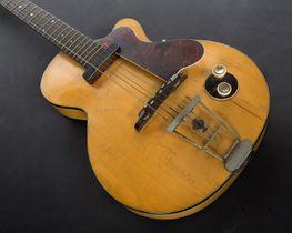 ジョージ・ハリスンさんが初めて所有したとされるエレキギター(ジュリアンズ・オークションズ提供・共同)