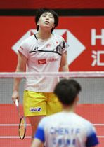 バドミントンのワールドツアーファイナル第3日・女子シングルス1次リーグ 中国選手(手前)にポイントを奪われた山口茜=12月13日、広州(共同