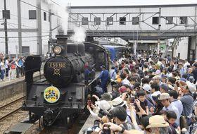 運行を終了した蒸気機関車C56形と訪れた大勢の鉄道ファン=27日、滋賀県長浜市のJR木ノ本駅