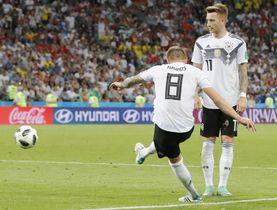 ドイツ―スウェーデン 試合終了間際、決勝ゴールを決めるドイツのクロース(8)。右はロイス=ソチ(AP=共同)