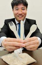 生分解性プラスチックを使ったフォークとナイフ、スプーンを手にするGSアライアンスの森良平社長=川西市小花2