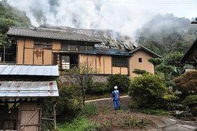火事になった五島慶太の生家=14日午後6時45分ごろ、青木村