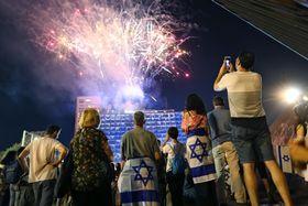 建国70周年を祝い、テルアビブで打ち上げられた花火=18日(AP=共同)