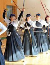 弓道女子団体で優勝した大田原女Bの杉浦、加藤、鈴木(左から)=県武道館弓道場