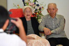 67年前の挙式以来という、2人だけで記念写真に納まる清藤良一さん、厚子さん夫妻