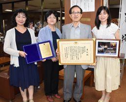 第20回日本水大賞「市民活動賞」を受賞した平原会長(右から2人目)ら「どんぐり1000年の森をつくる会」のメンバー