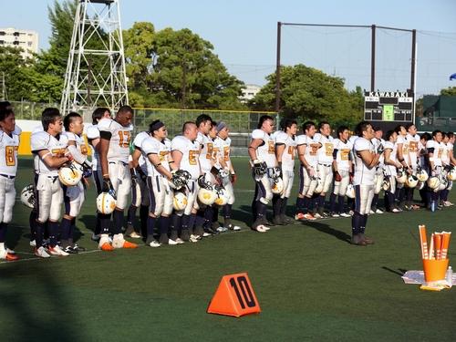 試合終了後あいさつをする太陽ビルマネージメントクレーンズの選手たち=撮影:Yosei Kozano、17日、川崎富士見球技場