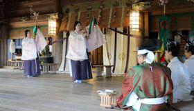 雅楽の調べに合わせて八少女舞を優雅に舞う巫女=香川県琴平町、金刀比羅宮