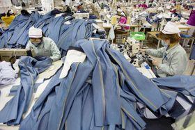ベトナムの衣料品工場。ファストファッションの台頭で世界の衣料品の生産量は大きく増えている(VWPics提供・AP=共同)