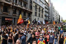 スペイン・カタルーニャ自治州で住民投票から1年を記念し、デモ行進する学生 ら=1日、バルセロナ