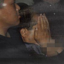 茨城県警取手署に移送された宮崎文夫容疑者(右)=19日午前0時6分(手錠部分をモザイク加工しています)