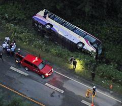 昨年8月、居眠り運転で国道から転落、横転した観光バス=北海道清水町