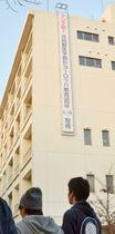 国際認証取得を祝う懸垂幕が掲げられた鹿児島大学共同獣医学部=鹿児島市郡元1丁目