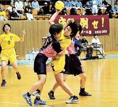 富士―桜花学園 後半、相手守備の強い圧力に負けず10点目となるシュートを決める富士の杉山=草薙このはなアリーナ