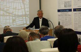 受講者からの質問に答える宮川さん=長崎市、浦上キリシタン資料館