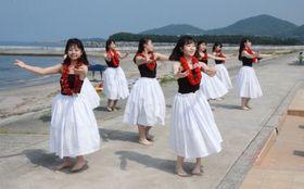海開きを彩った鹿児島城西高校フラダンス部の踊り=日置市東市来の江口浜海浜公園