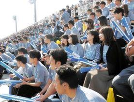 おそろいのTシャツなどを着てラグビー部を応援する近畿大の学生ら=2018年11月、大阪市鶴見区、鶴見緑地球技場(近大提供