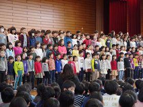 4月から通うことになる御所東小の校歌を披露する児童たち(京都市中京区・御所南小)