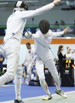 ニュージーランド選手(左)を攻める山田優=ブダペスト(共同)