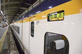 故障し、JR福島駅で停車した山形新幹線つばさ=26日夜