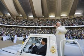 2月にアラブ首長国連邦(UAE)のアブダビで、ミサを行う競技場に到着したローマ法王フランシスコ(ロイター=共同)