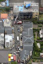 放火火災があった「京都アニメーション」のスタジオ(上)=18日午後2時40分、京都市伏見区(共同通信社ヘリから)